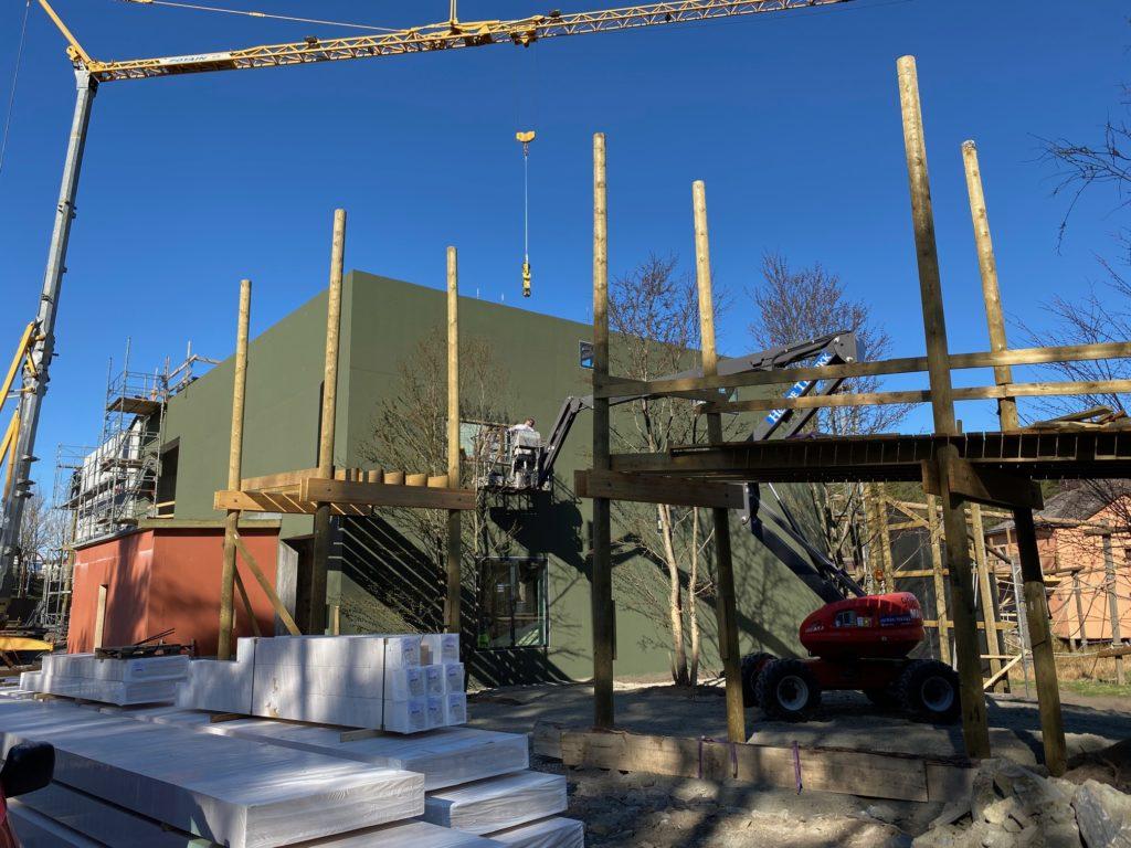 Kristiansand Dyrepark, utvendig malerarbeid på nytt bygg til Orangutanger.