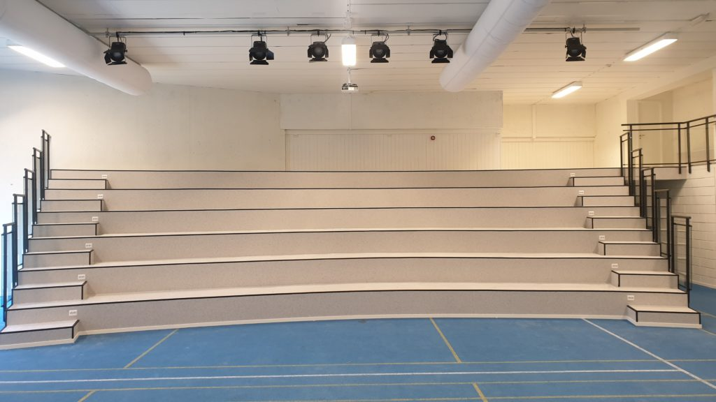 Gulvbelegg på tribune, Kristiansand feriesenter.